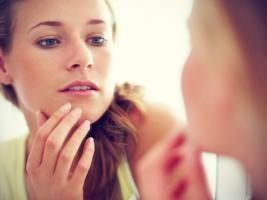 """""""La dermatillomanie et la trichotillomanie sont caractérisées par des comportements répétitifs centrés sur le corps (CRCC)"""""""